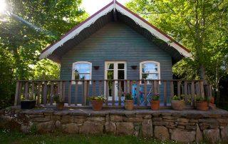 Eco-blue-lodge-family-couple